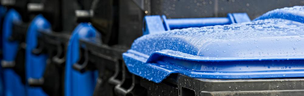 Nasse, blaue Tonnen